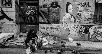 Μία άστεγη κοντά στην πλατεία Μοναστηρακίου. Το φαινόμενο των αστέγων έχει αυξηθεί κατά περίπου 25% από το 2009 .