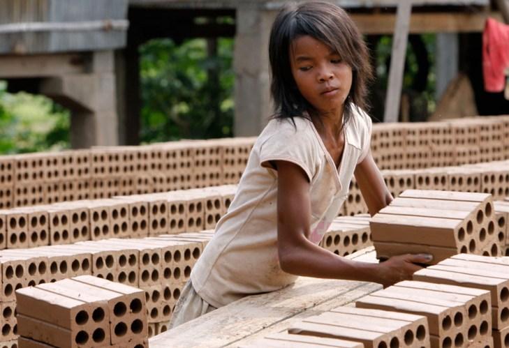 Κορίτσι σε εργοστάσιο τούβλων στην Καμπότζη.