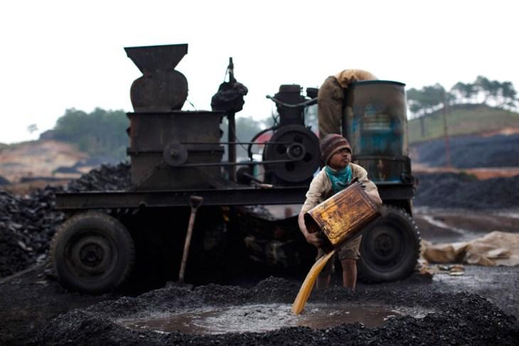 Aγόρι εργάζεται σε ορυχείο άνθρακα της Ινδίας. Τα τοπικά σχολεία της περιοχής που παρέχουν δωρεάν εκπαίδευση, δυσκολεύονται να πείσουν τους γονείς για τα οφέλη της εκπαίδευσης, καθώς τα παιδιά θεωρούνται ως πηγές εισοδήματος. Το δέλεαρ των ορυχείων είναι ισχυρότερο από ότι είναι το σχολείο.