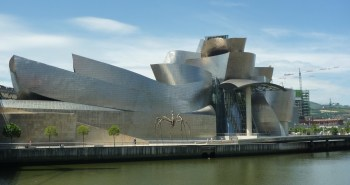 Το Guggenheim στο Bilbao είναι ένα μουσείο μοντέρνας τέχνης που άνοιξε το 1997.Σχεδιασμένο από τον Frank Gehry, είναι από τα πιο διάσημα μοντέρνα κτίρια στον κόσμο, έγινε σήμα κατατεθέν της πόλης και της έδωσε τέτοια ώθηση ( μέσα στον βιομηχανικό της μαρασμό) που δημιούργησε από μόνο του οικονομική ανάπτυξη. Ο όρος Gugenheim effect αναφέρεται σε αυτού του είδους το αποτέλεσμα που μια κατασκευή μπορεί να έχει στην οικονομική ανάδειξη μιας πόλης.