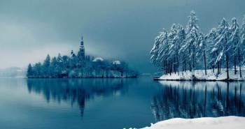 Η λίμνη Bled στη Σλοβενία θεωρείται μια από τις ομορφότερες του κόσμου και συγκεντρώνει χιλιάδες επισκέπτες κάθε χρόνο. Στη μέση περίπου της λίμνης βρίσκεται ένα φυσικό καταπράσινο νησί σε σχήμα δάκρυ. Το μεγαλύτερο κτίσμα του νησιού είναι μια εκκλησία που χτίστηκε τον 15ο αιώνα και διαθέτει έναν πύργο ύψους 52 μέτρων.