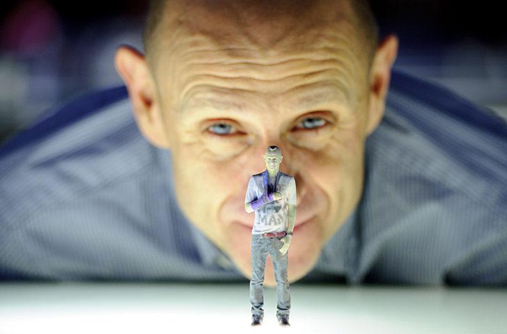 """Ο δημοσιογράφος και τηλεπαρουσιαστής Evan Davis εγκαινιάζει στο Βρετανικό μουσείο Επιστήμης, την έκθεση  """"3D: Printing the Future, ενώ εμφανίζεται μπροστά του το τρισδιάστατο ομοίωμα του."""