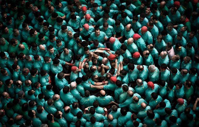 """Φωτογραφία από """"ανθρώπινους πύργους"""" στο φεστιβάλ της Καταλονίας στην Ισπανία τραβηγμένη από τον David Oliete"""