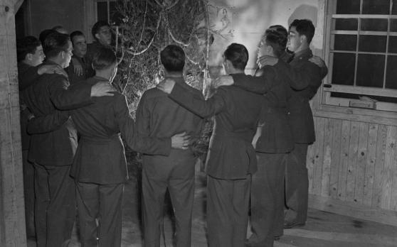 Αμερικανοί στρατιώτες την περίοδο του Β΄ Παγκοσμίου Πολέμου τραγουδούν γύρω από το χριστουγεννιάτικο δέντρο.