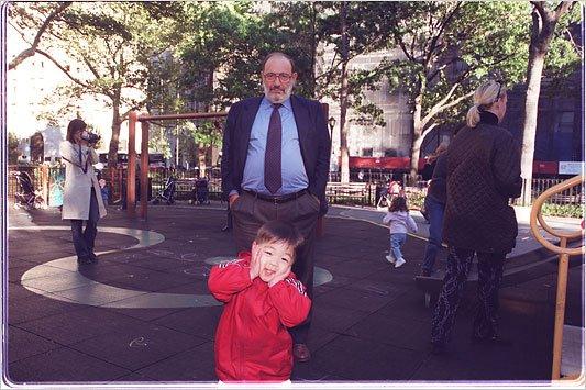 Ο Ουμπέρτο Έκο με τον εγγονό του