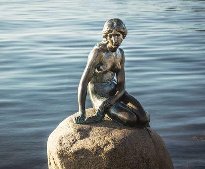 H γοργόνα της Κοπεγχάγης αντικρίζει τους πιο ευτυχισμένους ανθρώπους του πλανήτη. Σύμφωνα με τη φετινή, ενδιάμεση Εκθεση του ΟΗΕ για την Παγκόσμια Ευτυχία, οι Δανοί είναι οι πιο χαρούμενοι πολίτες του κόσμου. Η Ελλάδα κατατάσσεται 99η στη λίστα.