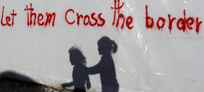 Ελλάδα: Γκράφιτι υπέρ των προσφύγων στην Ειδομένη 4/5 (AP Photo/Gregorio Borgia, File)