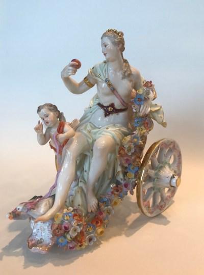 Venus und Amor in Muschelwagen