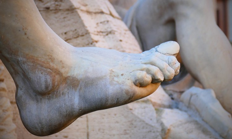statue-foot