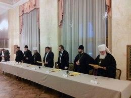 Предателей Православия легко опознать по белым клобукам.