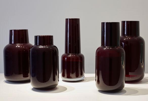 Martin-Hlubucek-ensemble-verre-opaque-bordeaux