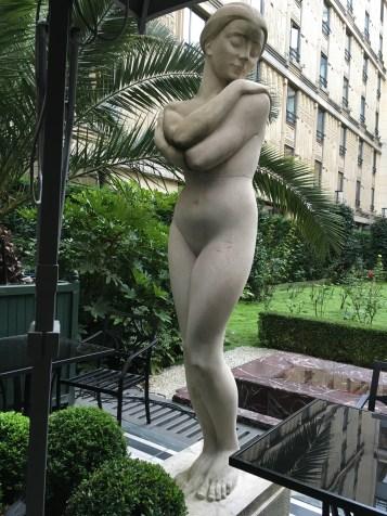 hotel-statue