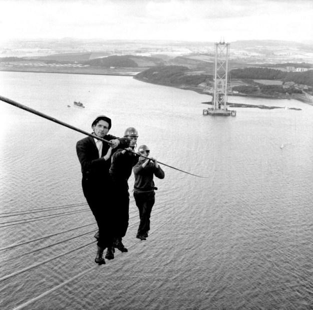 Рабочие на строительстве моста Форт-Бридж-Роуд в Шотландии. 1961 год