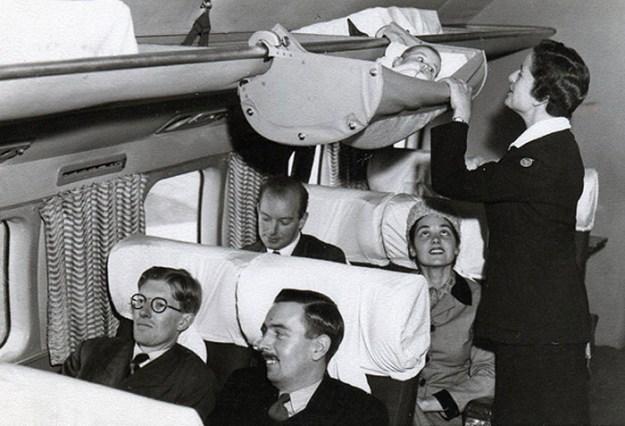 Всего несколько десятилетий назад дети именно так летали на самолётах. 1950-е годы