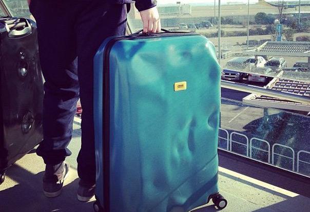 Незнакомец в аэропорту попросил его посторожить кейс… Этот день он не забудет никогда!