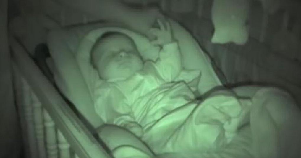 Уже 6 000 000 раз пользователи посмотрели на безуспешные попытки папаши укрыть одеялом малыша