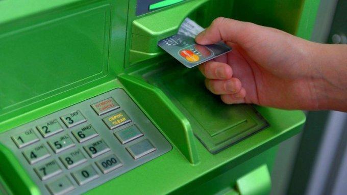 Как оперативно вернуть карту, которая застряла в банкомате
