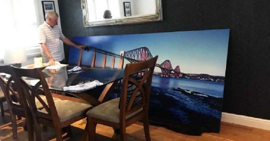 Мужчина купил за солидную сумму фотографию железнодорожного моста. Но придя домой, осознал свою ошибку