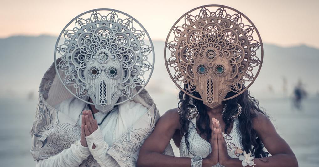 Пара отыграла сюрреалистичную свадьбу на фестивале Burning Man 2018