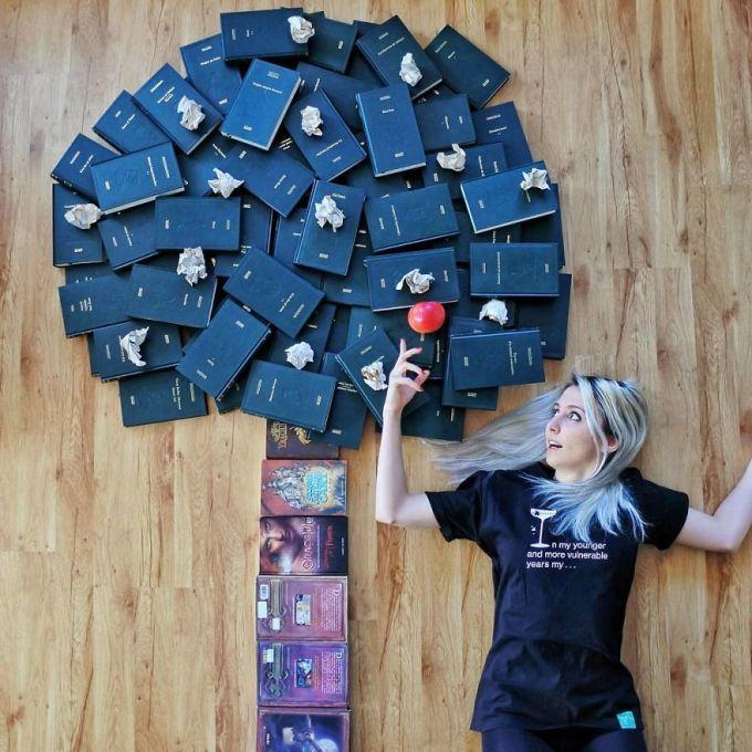 Девушка превращает свою огромную домашнюю библиотеку в часть искусства