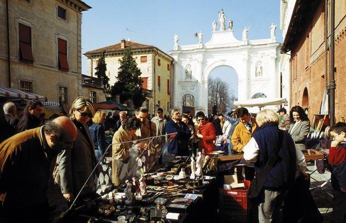 Mercato dell'antiquariato e del collezionismo di Cherasco