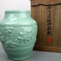 二代目加藤渓山作の砧青磁牡丹花瓶