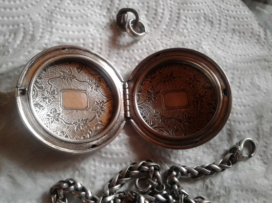 Before restoration (1) Inside of the locket. Separating parts – before chain loop affixed