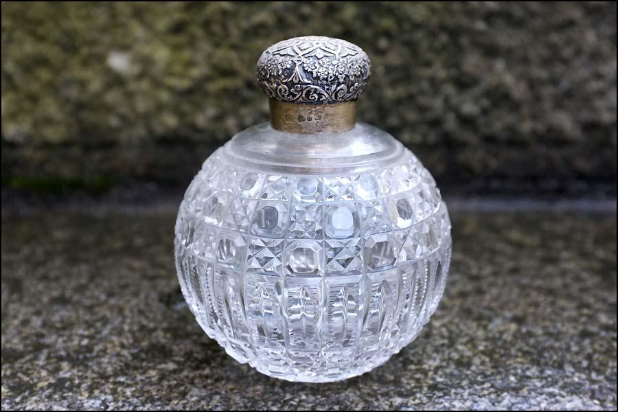 Flacon de parfum en cristal taillé monture argent