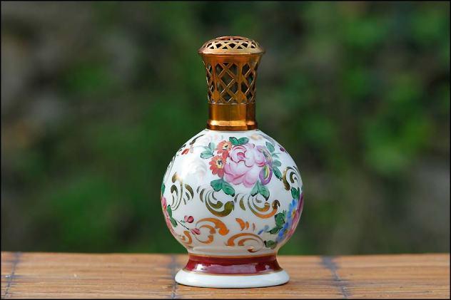 Porcelaines brule parfum : lampe Berger en porcelaine de Limoges polychrome.