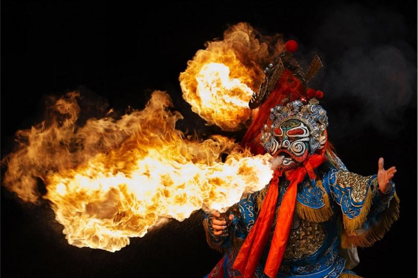 變臉噴火,引用自:http://www.ivsky.com/tupian/chuanju_yishu_v4491/pic_138333.html