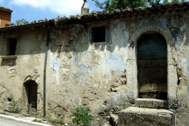 Margie Miklas (@MargieMiklas) of the USA found the old, abandoned home of her grandparents in Italy: pic.twitter.com/OmiVLBl58k