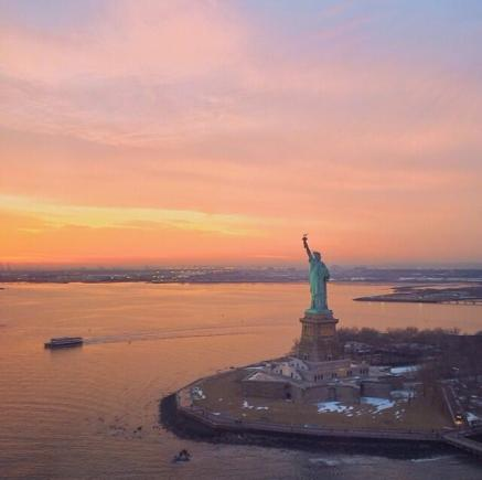 @passionpassp of the USA couldn't help but post this plane shot of Lady Liberty waving into the sunset: pic.twitter.com/mrOrKfTbFm