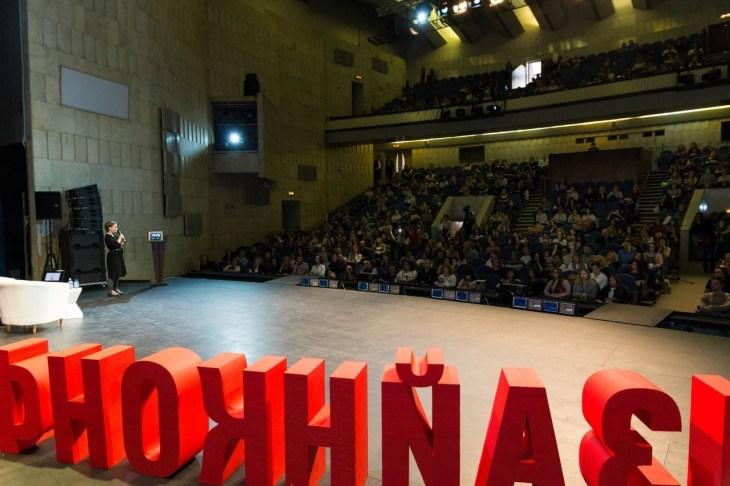 Мила Колпакова выступает перед залом