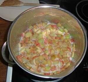 Kokande rabarber till marmelad