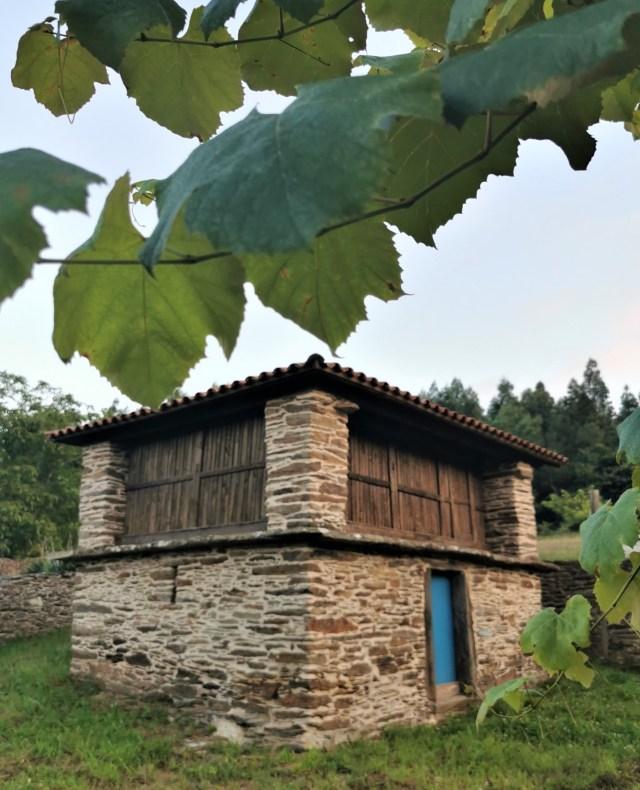 Hórreo de Outeiro, en la parroquia de Loxo (Touro). Más de quince razones que harán que quieras visitar las comarcas de Arzúa y Melide + Vilasantar