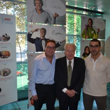 El presidente de honor de Freixenet, Josep Ferrer, visita GAES Centros Auditivos junto a Antonio Gassó