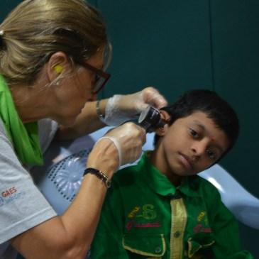 María José Gassó, directora de la Fundación GAES Solidaria, haciendo una revisión auditiva en la India junto a la Fundación Vicente Ferrer