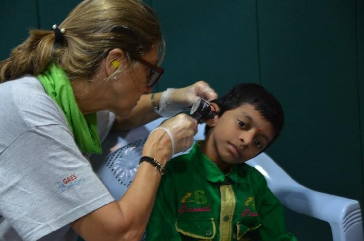 María José Gassó haciendo una revisión auditiva en la India