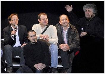 La delegazione del Meetup si Siena invitata a parlare sul palco durante la tappa senese del tour di Beppe Grillo