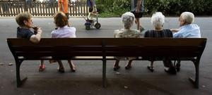 ancianos-descansan-banco-parque-barcelona-1529912191565