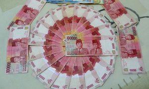 uang 100 ribu di lantai