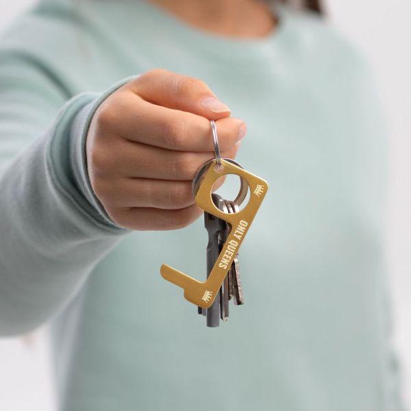 hygienehaken everyday carry no touch tool türöffner aus messing mit goldfarbe beschichtet und gravur spruch only queens foto 04