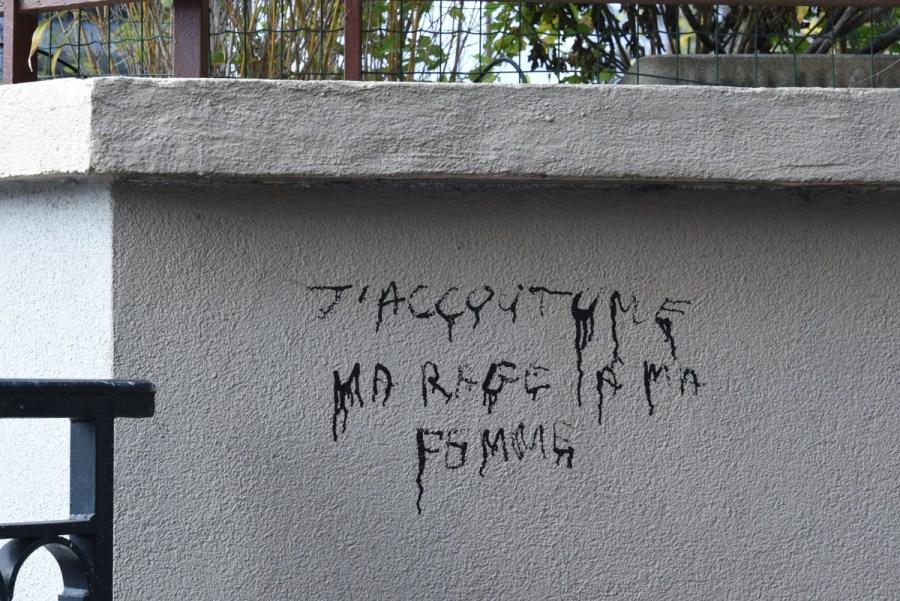 """""""J'accoutume ma rage à ma femme"""", dit ce graffiti sur un mur du XIXe arrondissement de Paris"""