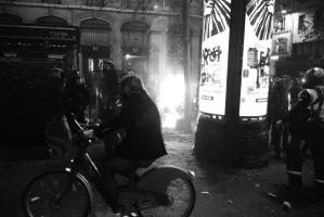 Une femme passe en Vélib sur la place de la Vélib au début des affrontements entre forces de l'ordre et manifestants