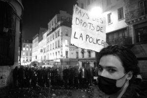 Face à face entre manifestants et cordon de CRS