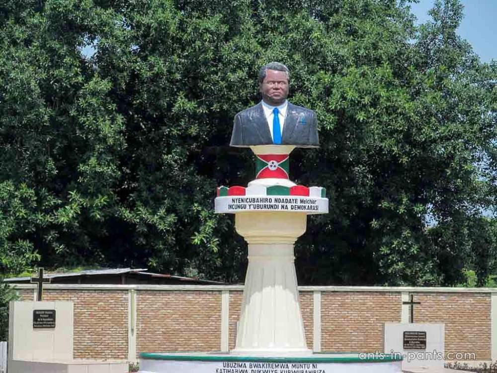 памятник политику