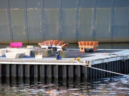 Tutaj taka barka w zbliżeniu razem z zamontowanymi armatkami.