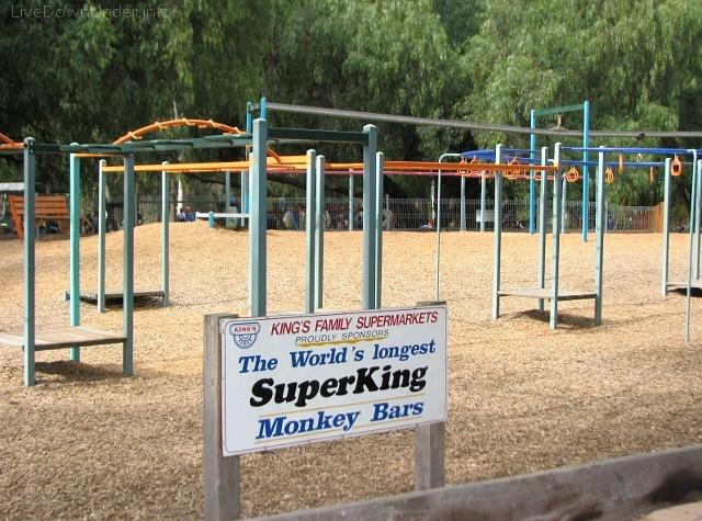 Monkey bars. Plac zabaw w Shepparton, Wiktoria, Australia.