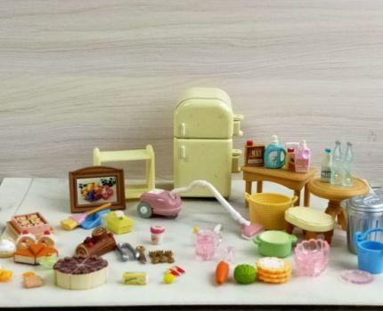中古品 シルバニアファミリー 冷蔵庫/ケーキ/掃除機/テーブルほか 小物いろいろ 現状渡し エポック社 ミニチュア小物 おままごと 玩具