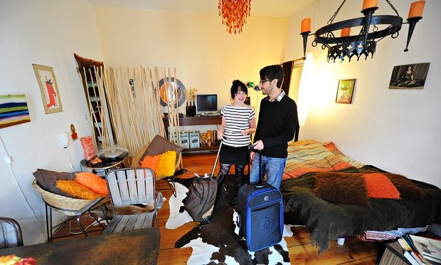 Couple-stand-in-an-Airbnb-012